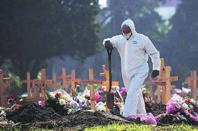 Trabajadores de cementerios y funerarias reclaman ser vacunados como esenciales