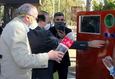 """Zonda incorporó una máquina """"eco-canje"""" para que los vecinos separen sus residuos"""
