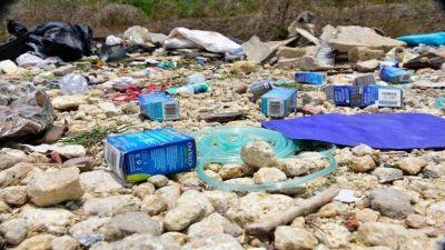 Trajes antifluidos, máscaras de oxígeno, jeringas y medicamentos fueron desechados en un basurero a cielo abierto en Puerto Colombia, Atlántico