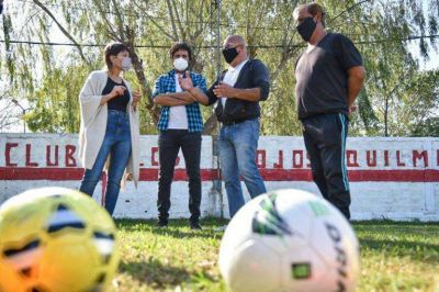 Mayra visitó el Club los Rojos Quilmeños, entregó una bandera argentina y un kit de elementos deportivo y de limpieza