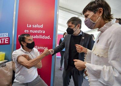 Kicillof y Mendoza visitaron el operativo de vacunación en el parque cervecero de Quilmes