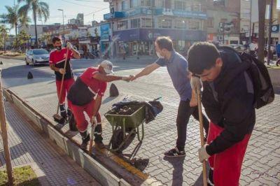 Realizan un operativo de limpieza en las alcantarillas de la avenida Rocca