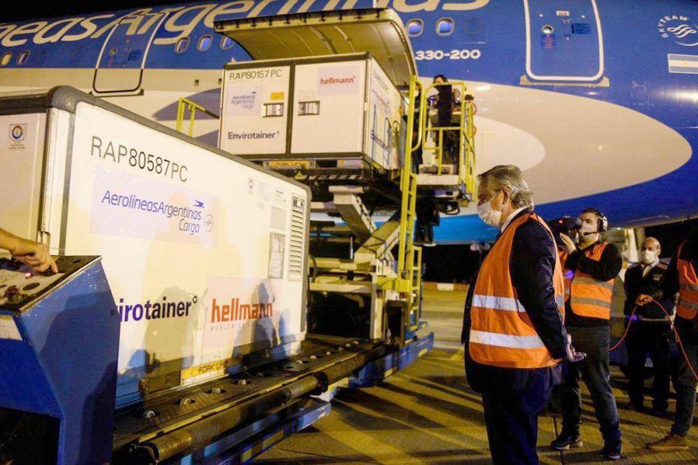 Alberto recibió en Ezeiza el vuelo con un millón de dosis de Sinopharm que completó el acuerdo con China
