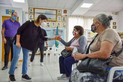 """Mayra en centro de vacunación: """"Estamos muy cerca de alcanzar las 100 mil personas vacunadas"""" en la ciudad"""