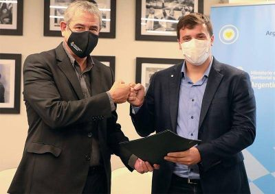 El intendente Chornobroff firmó un acuerdo con el ministro Ferraresi