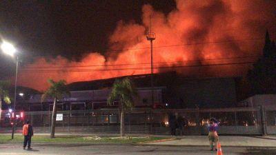 Voraz incendio en una planta panificadora de San Fernando: trabajan 20 dotaciones de bomberos
