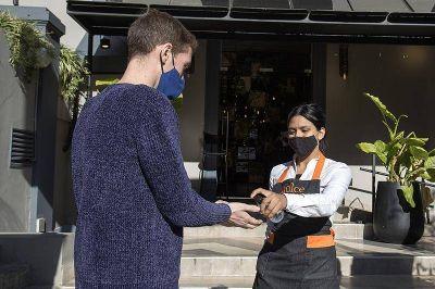¿Cómo cambiaron los hábitos en bares y restaurantes de San Isidro con las nuevas restricciones?