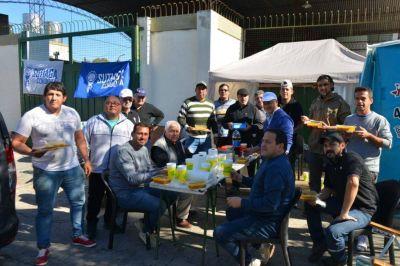 Sutiaga inició un acampe frente a Kelvy contra el cierre de la fábrica de soda