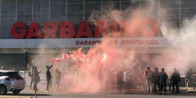 Garbarino: cierre de sucursales, 4500 puestos de trabajo en peligro y protestas