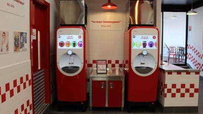 Servirte la Coca-Cola desde el móvil: así es la nueva máquina de Five Guys