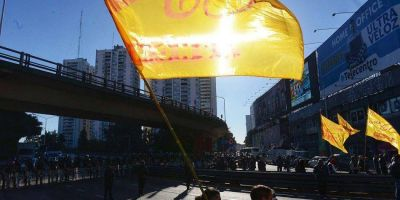 "Colectiveros ""rebeldes"" se vuelven a manifestar en la víspera de una nueva cumbre de la paritaria del sector"