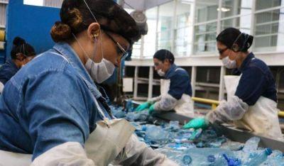 Coca Cola busca generar empleo en la industria del reciclaje