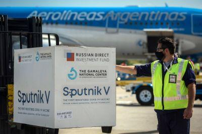 Más vacunas: Dos nuevos vuelos de Aerolíneas Argentinas partirán a Rusia en busca de dosis de Sputnik V