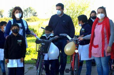 Estudiantes de una escuela primaria rural recibieron bicicletas