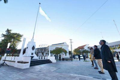 Funcionarios provinciales izaron la bandera en conmemoración del 211º Aniversario de la Patria en Rawson
