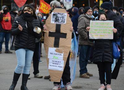 Cacerolazo en Río Gallegos en apoyo a los enfermeros desalojados por la fuerza frente a Casa de Gobierno