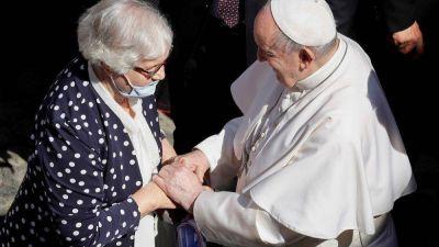 El beso del Papa en el brazo de Lidia, superviviente de Auschwitz