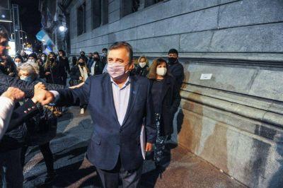 """La oposición calificó de """"muy grave"""" la visita de la Policía de Córdoba a un comerciante que quería trabajar"""