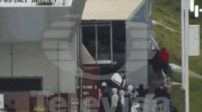 Dos estudiantes saqueaban un camión de gaseosas en movimiento, se cayeron y murieron en el acto