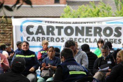 Contratarán cartoneros para separar y recoger la basura en villa Itatí de Bernal