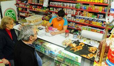 Almaceneros lanzan un bolsón de alimentos a menos de $1.000