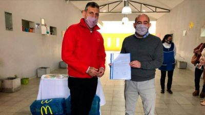 El intendente Pablo Mirolo recibió donaciones de material didáctico de McDonald´s