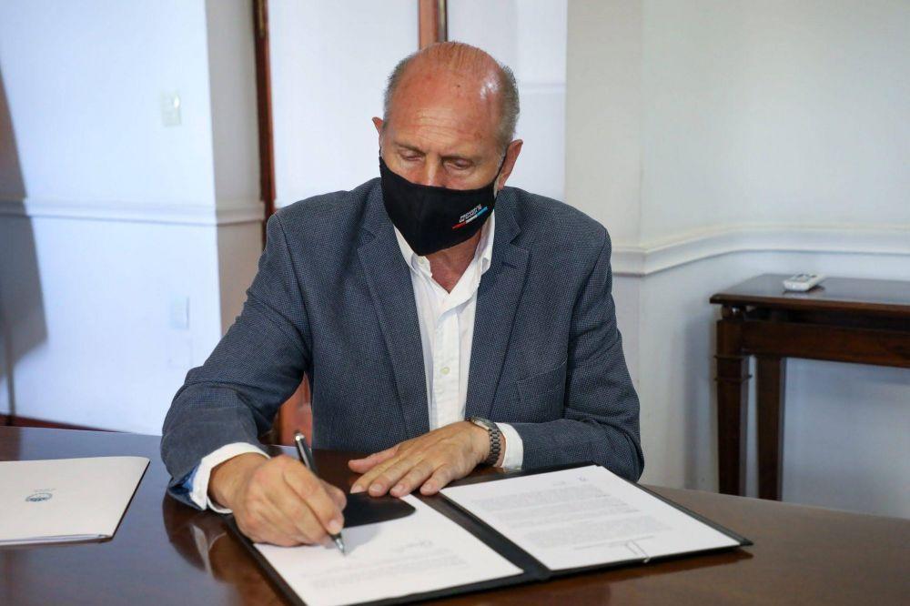 El gobernador Perotti firmó el decreto que modifica el calendario electoral