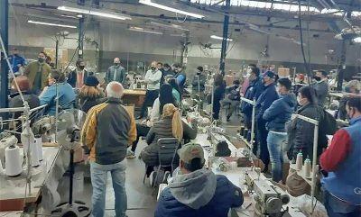 Trabajadores y trabajadoras de la empresa textil Perlea toman la fábrica en defensa de los puestos de trabajo