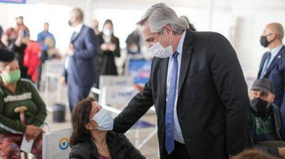 Alberto y Suárez visitaron un vacunatorio del PAMI en Mendoza