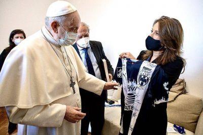 Más allá de la frontera, el Papa Francisco recibió una playera de los Rayados de Monterrey