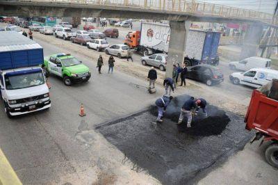 Avanzan las obras de bacheo sobre la Ruta 4 en Esteban Echeverría
