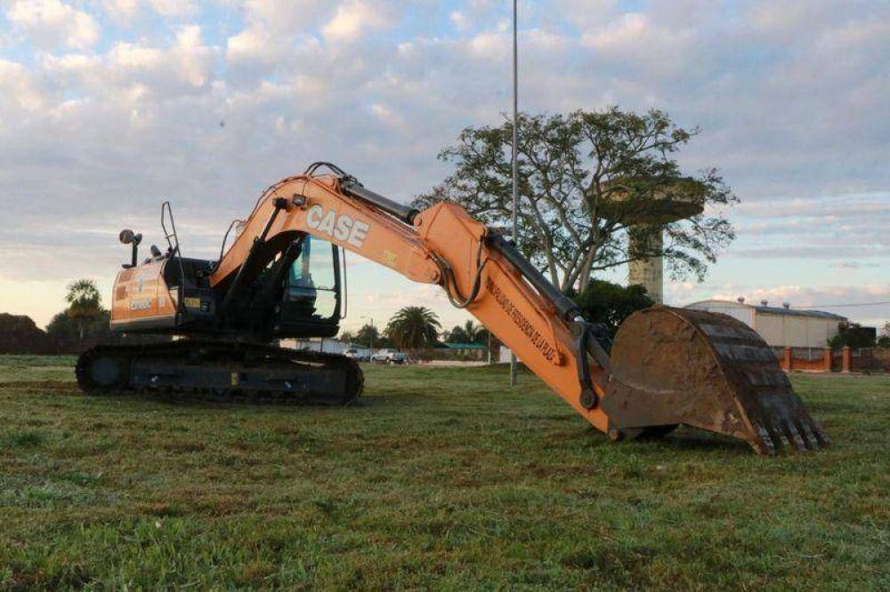 Capitanich entregó una excavadora a la Municipalidad de La Plaza