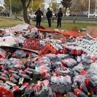 Un camión cargado de botellas de Coca Cola volcó en el Acceso Este y cortaron el tránsito