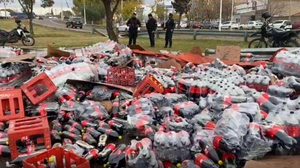 Volcó un camión repleto de Coca-Cola, robaron la carga y la vendieron por Internet