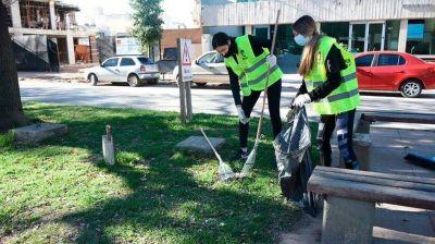 Río Tercero: participantes de fiestas clandestinas limpian plazas y calles como sanción