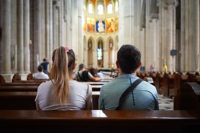 Un obispo cercano al Papa despeja las dudas sobre comunión a divorciados en nueva unión