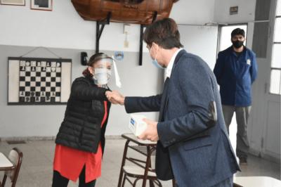 Lucas Ghi entregó nuevos medidores de CO2 a escuelas del distrito
