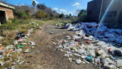 Denuncian que arrojan basura en un campo de Villa Morra