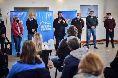 Junto a autoridades de la Provincia, Ariel Sujarchuk entregó 200 subsidios para mejoras habitacionales y anunció que la Municipalidad otorgará 200 más