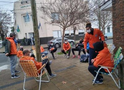 A la espera de cobrar lo adeudado, los guardavidas se instalaron con reposeras frente al municipio