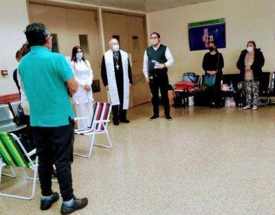 Monseñor Steckling visita a familiares de internados por covid