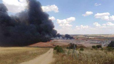 Trabajan en extinguir un incendio en la planta de reciclaje de Almonacid