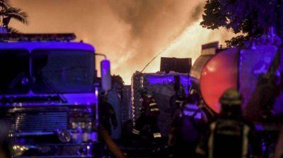 Bernal: Más de 15 dotaciones de bomberos trabajan para controlar un incendio en depósito de cartón