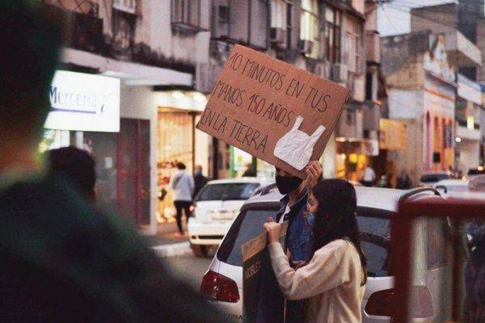Julio sin plástico: instan a que se reduzca su uso en los comercios del centro