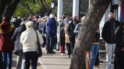 Vacunación en Córdoba: largas filas para recibir la segunda dosis