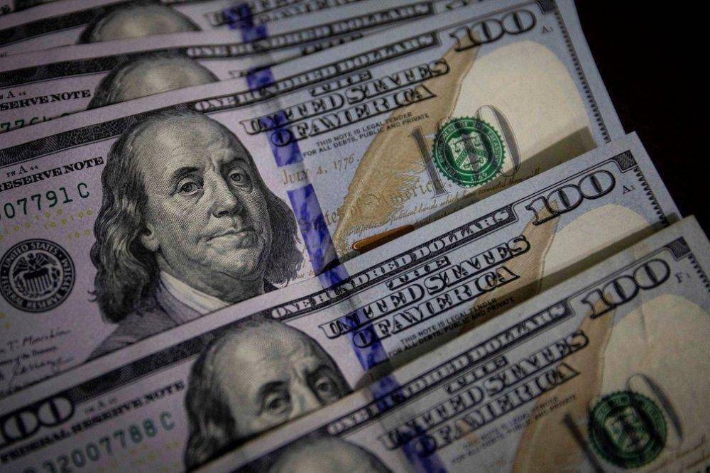 Más pesos en la calle: las cifras detrás de la disparada del precio del dólar libre en el último mes
