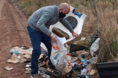 """Un intendente revolvió basura para identificar a su """"dueño"""" y lo denunció penalmente"""