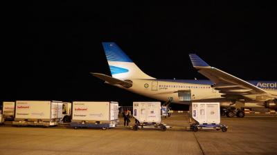 Llegó desde China un vuelo con más de 760 mil dosis de la Sinopharm