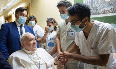 El papa Francisco salió del hospital tras su operación