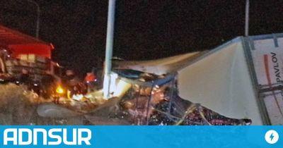 Chubut: volcó un camión que transportaba gaseosa y el chofer se salvó de milagro